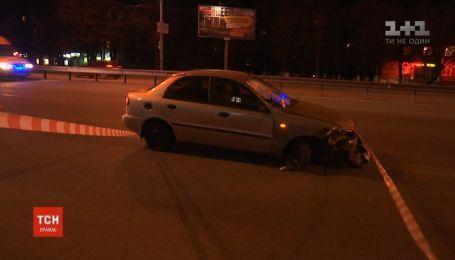 Автомобиль вылетел на остановку в Киеве, пострадали двое мужчин