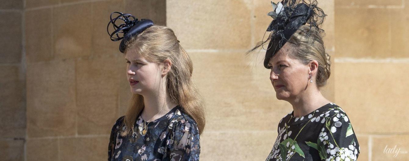 Обе в цветочных платьях: графиня Софи с дочерью леди Луизой на праздничной службе в часовне Святого Георгия