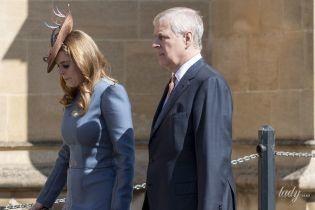 В красивом пальто и шляпе: принцесса Беатрис на пасхальной службе появилась вместе с отцом