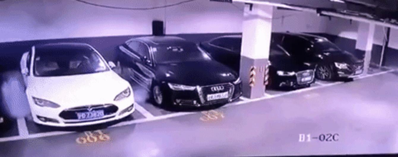 Камера засняла мощный взрыв Tesla Model S на паркинге в Китае