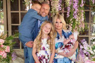 Малышка в цветочном платье: Джессика Симпсон впервые показала новорожденную дочь