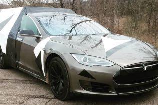 Електрокар Tesla Model S перетворили на автодім для подорожей