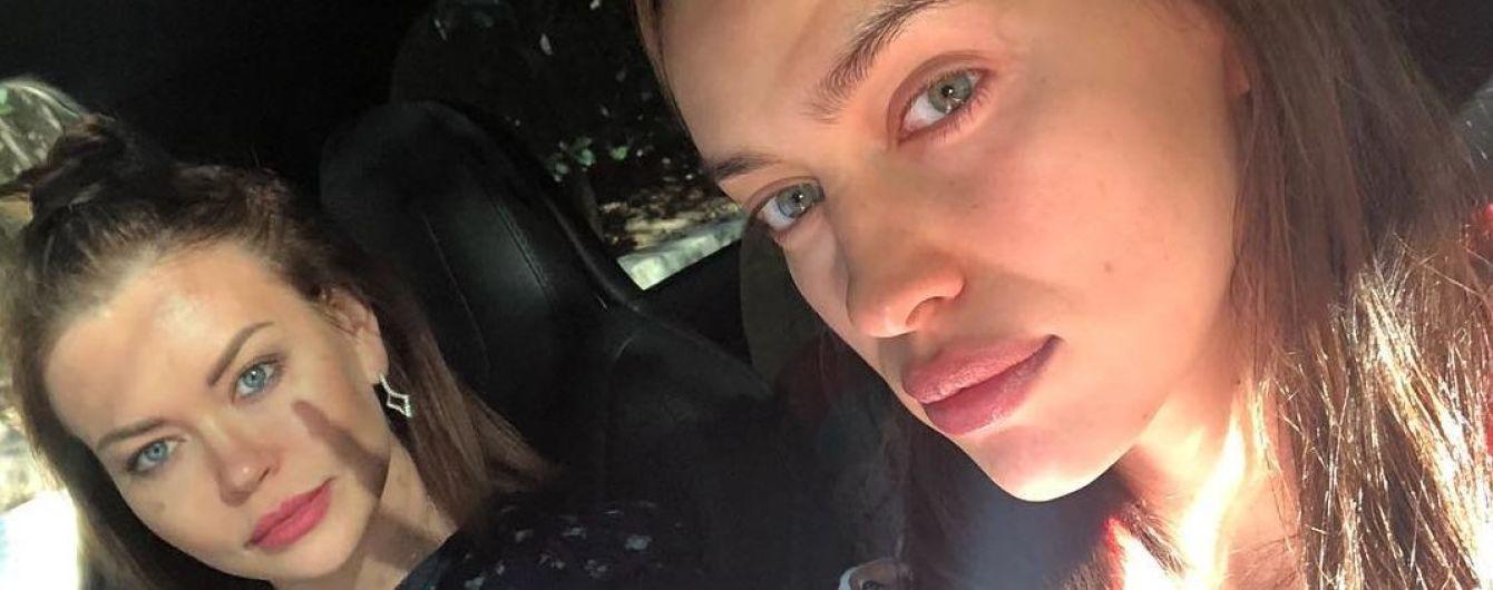 Красивая и без макияжа: Ирина Шейк с сестрой отдохнула в парке развлечений