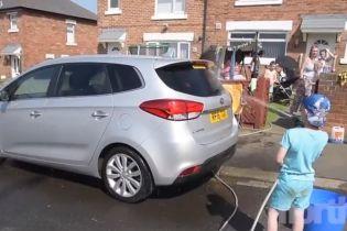 Семилетний британец вымыл десятки машин, чтобы купить цветы на могилу бабушки