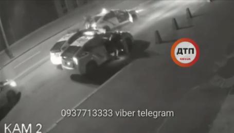 В Киеве камера сняла задержание пьяного угонщика патрульной Toyota Prius