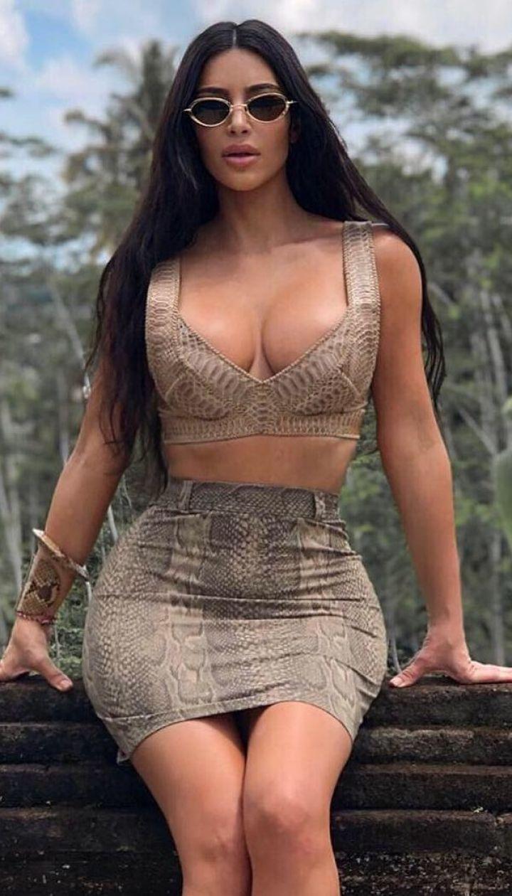 Зірка реаліті на відпочинку: Кім Кардашян у сексуальному пітоновому костюмі позувала на Балі