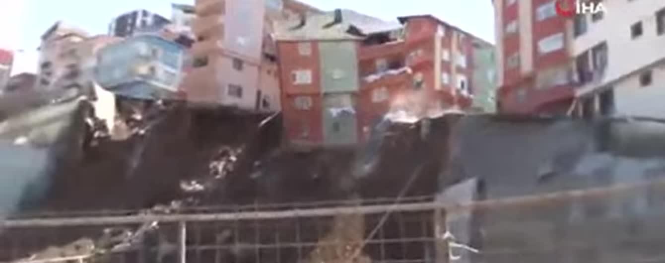 В Стамбуле жилой дом за считанные секунды рухнул в пропасть