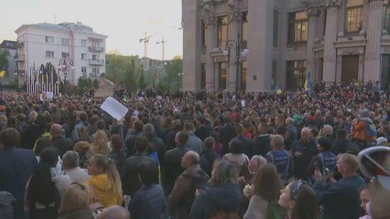 """На Банкову прийшло кілька тисяч учасників акції """"Дякую, Петре!"""" – до них спустився і сам Порошенко"""