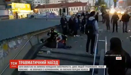 В столице авто вылетело на остановку, есть травмированные