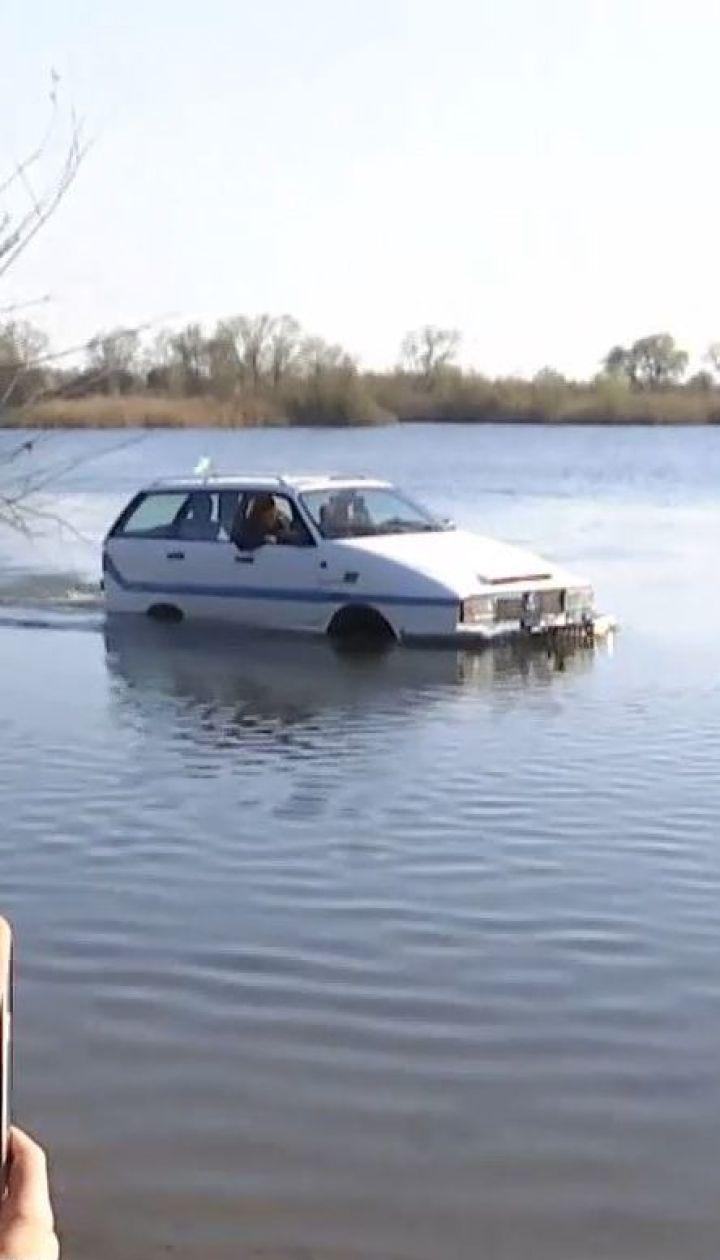 На Львовщине пенсионер собственноручно собрал уникальный автомобиль-амфибию