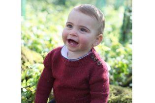 Принцу Луи исполнился один год: Кембриджи поделились новыми снимками младшего сына