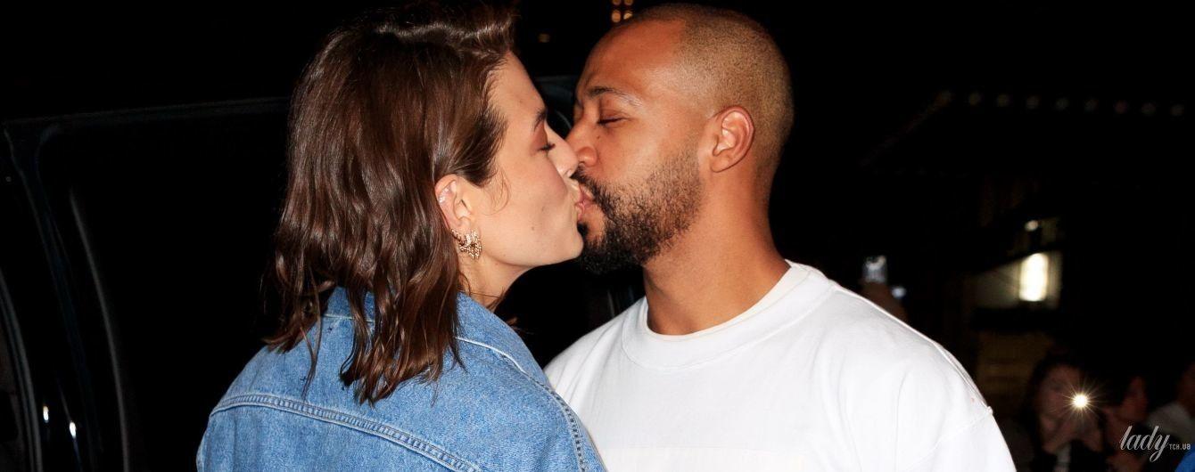 Поцелуи с мужем и целлюлит: Эшли Грэм предстала на публике в новом образе