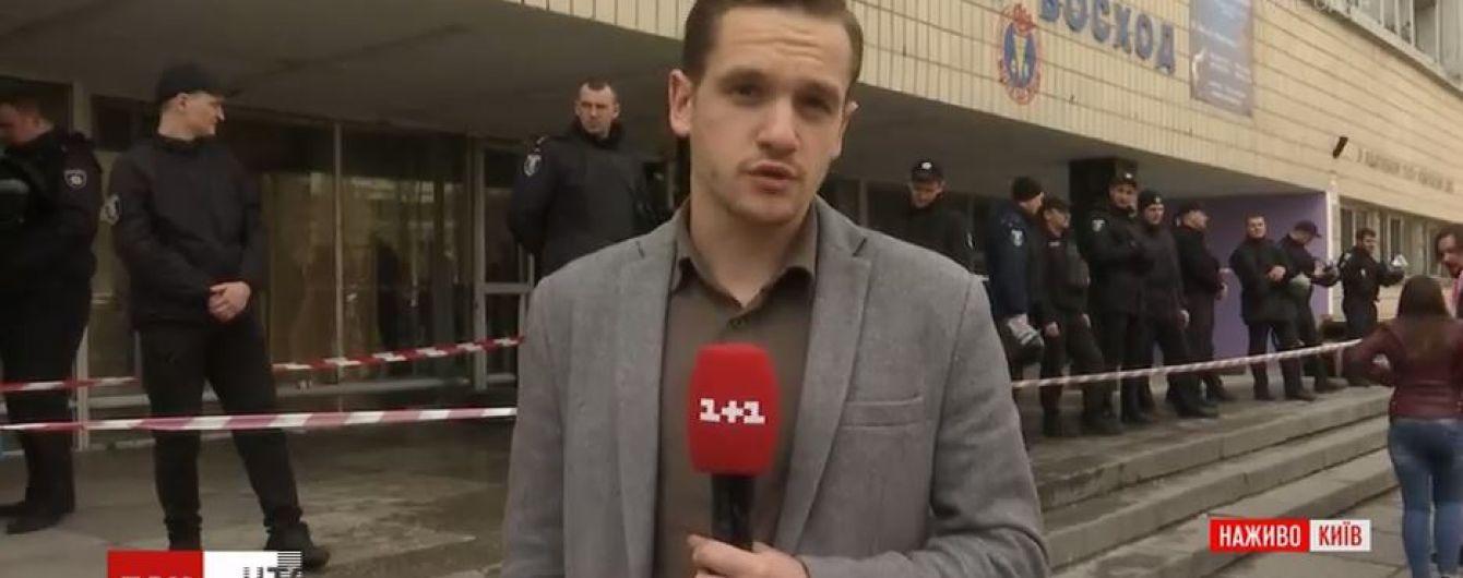У Києві невідомі серед ночі захопили спортклуб та забарикадувались всередині
