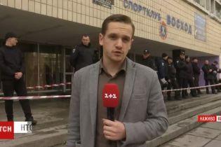 В Киеве неизвестные ночью захватили спортклуб и забаррикадировались внутри