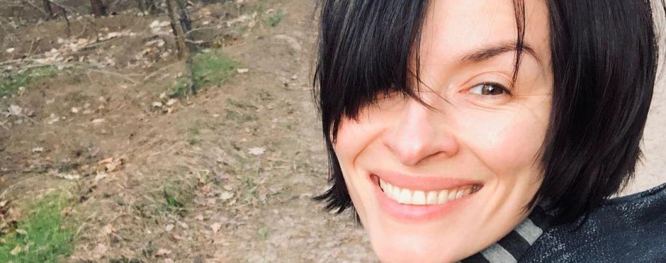 Без макіяжу та з усмішкою: Надя Мейхер прогулялася весняним лісом