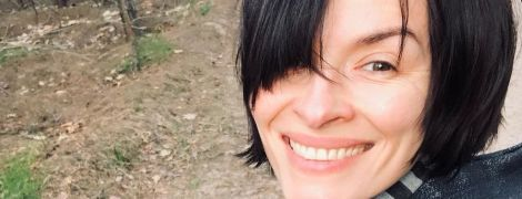 Без макияжа и с улыбкой: Надя Мейхер прогулялась по весеннему лесу