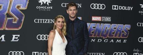 """Крис Хемсворт пришел на премьеру """"Мстителей"""" с женой в комбинезоне со смелым декольте"""