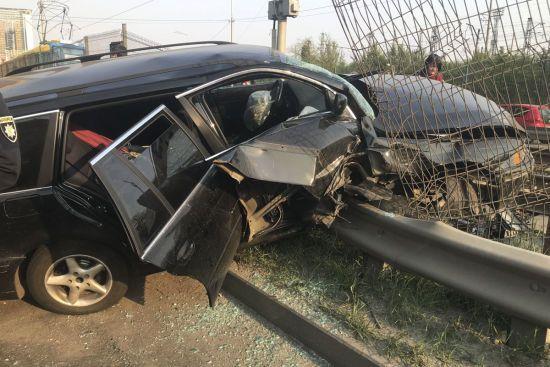 У Києві BMW вилетів на колію швидкісного трамвая: рух транспорту паралізовано, є постраждалі