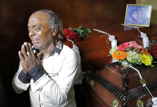 На Шрі-Ланці почали ховати жертв кривавих терактів