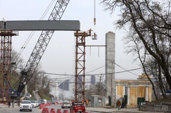 У Києві почали монтаж найбільшої частини пішохідного мосту