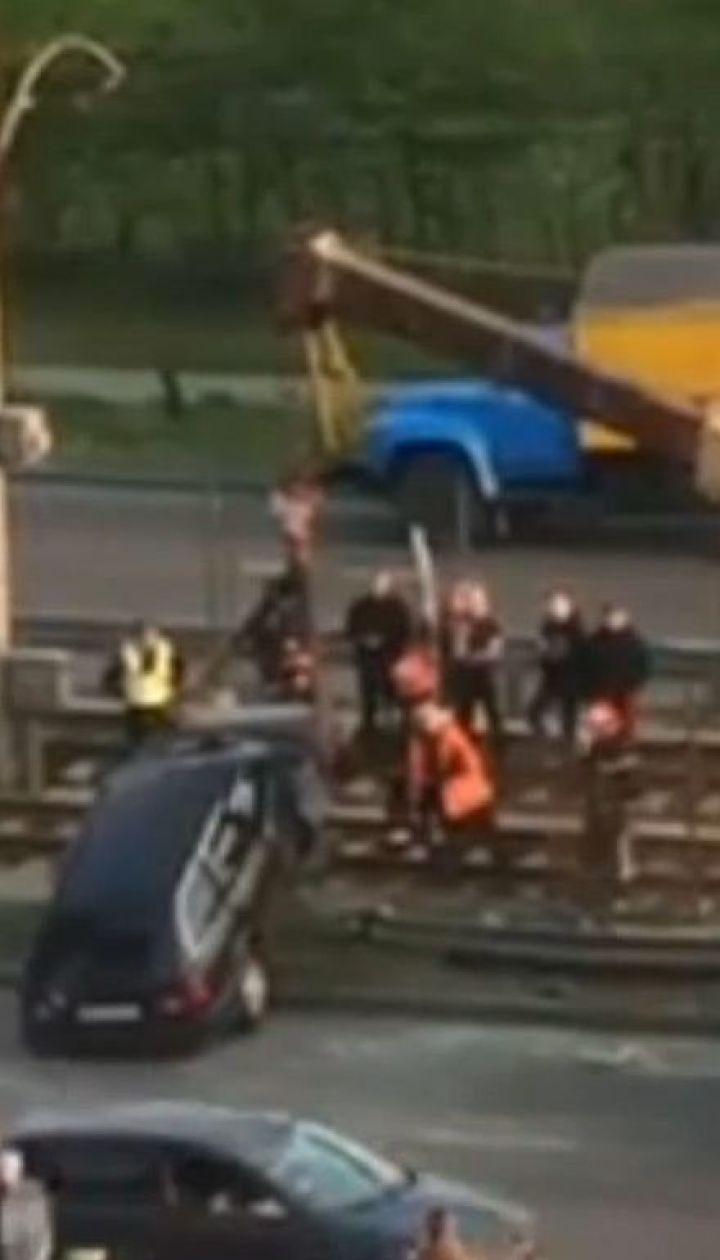В столице легковушка влетела в ограждение скоростного трамвая