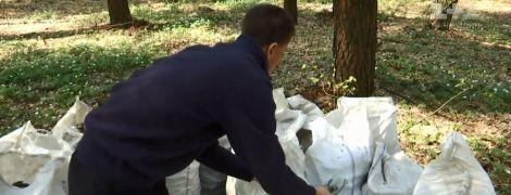 Парень на Ровенщине собственноручно очистил лес от 7 тонн бутылок и битого стекла