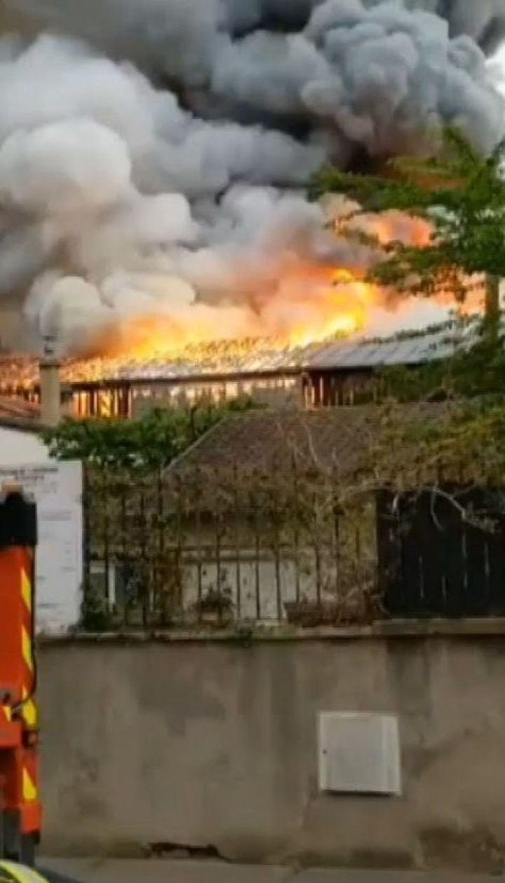 В Париже неподалеку Версальского дворца загорелась автомастерская