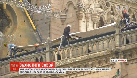 Собор Паризької Богоматері почали накривати брезентом, щоб уберегти від дощів
