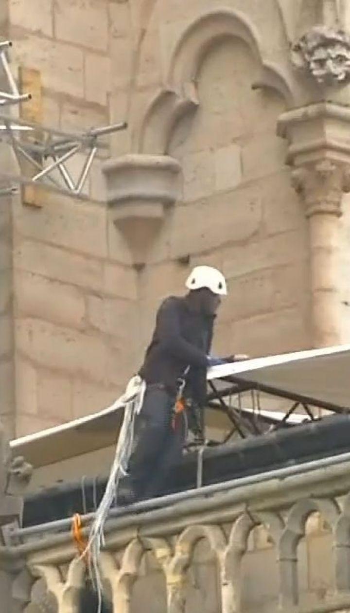 Собор Парижской Богоматери начали накрывать брезентом, чтобы уберечь от дождей