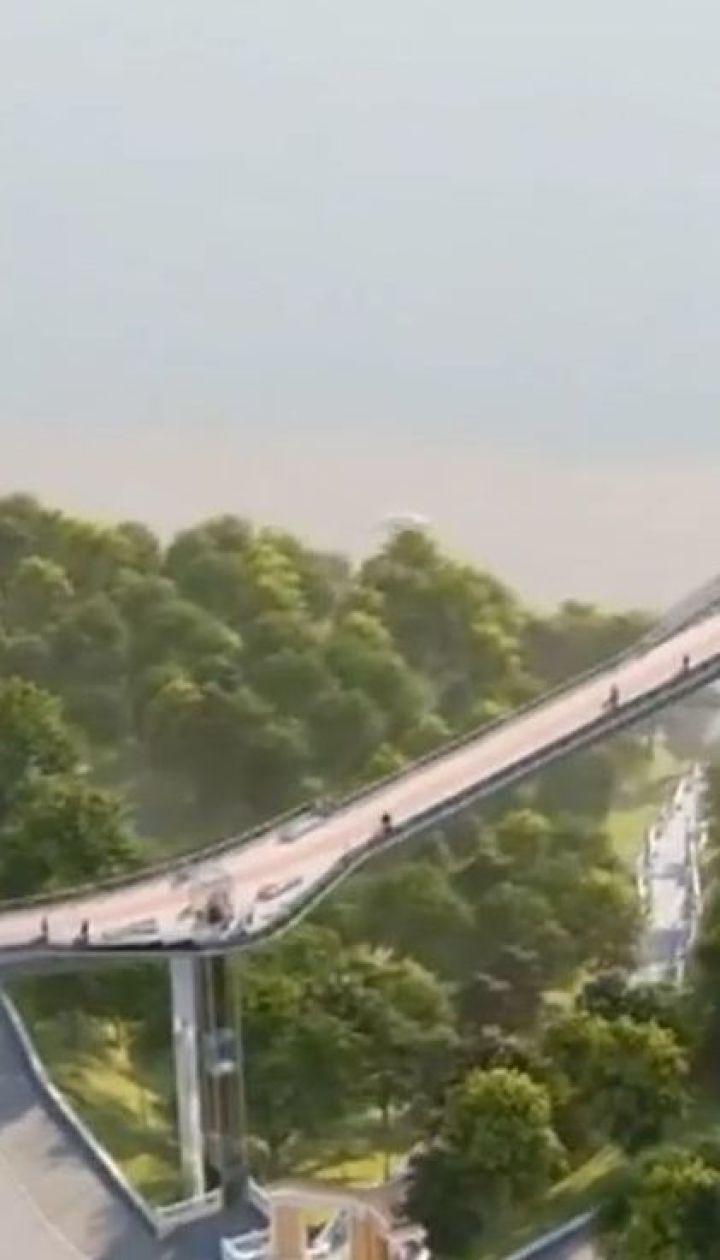 У столиці завершують зводити основні конструкції нового пішохідного мосту