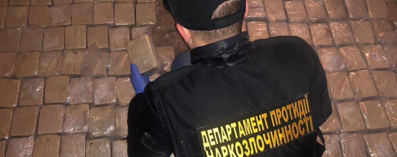 В Киеве задержали иностранных наркоторговцев с 300 кг героина