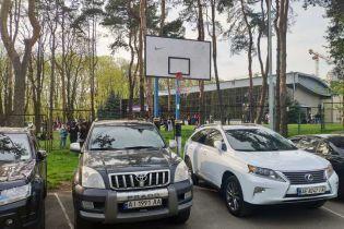 У Києві зрізали кільця і розграфили популярний баскетбольний майданчик під стоянку