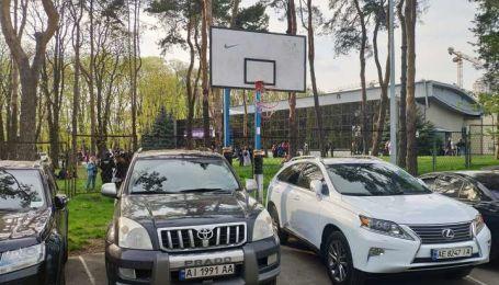В Киеве срезали кольца и розграфили популярную баскетбольную площадку под стоянку