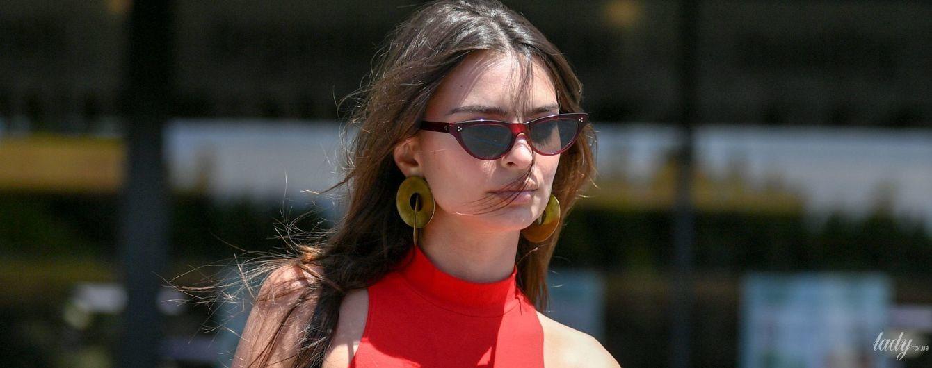 Какая яркая: Эмили Ратажковски в топе и красных велосипедках прогулялась по Лос-Анджелесу