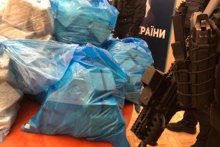 В Киеве схватили наркоторговцев. Копы принесли на брифинг 300 кг героина и рассказали подробности операции