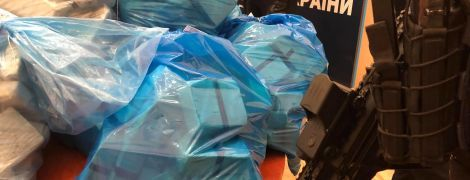 У Києві схопили наркоторговців. Копи принесли на брифінг 300 кг героїну та розповіли подробиці операції