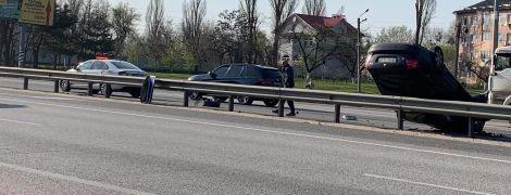 Під Києвом на трасі авто врізалось у відбійник і перекинулось