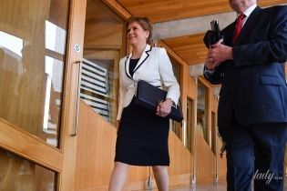В платье-футляре и ярких туфлях на шпильке: эффектный образ первого министра Шотландии Николы Стерджен