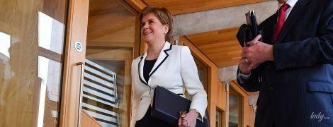 У сукні-футлярі і яскравих туфлях на шпильці: ефектний образ першого міністра Шотландії Ніколи Стерджен