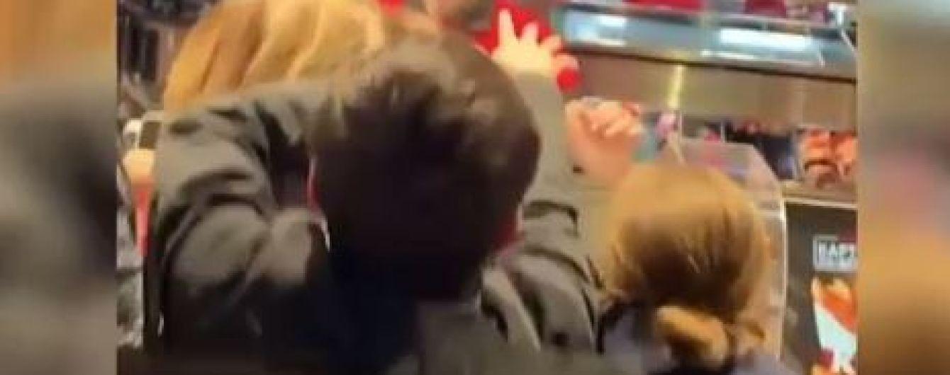 В московском фастфуде молодежь устроила потасовку из-за раздачи бесплатных бургеров