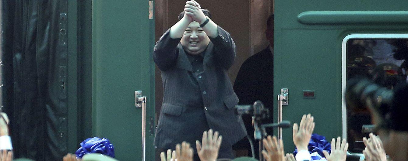 Почетный караул, оркестр, девушки в кокошниках и каравае: как во Владивостоке встречали Ким Чен Ына