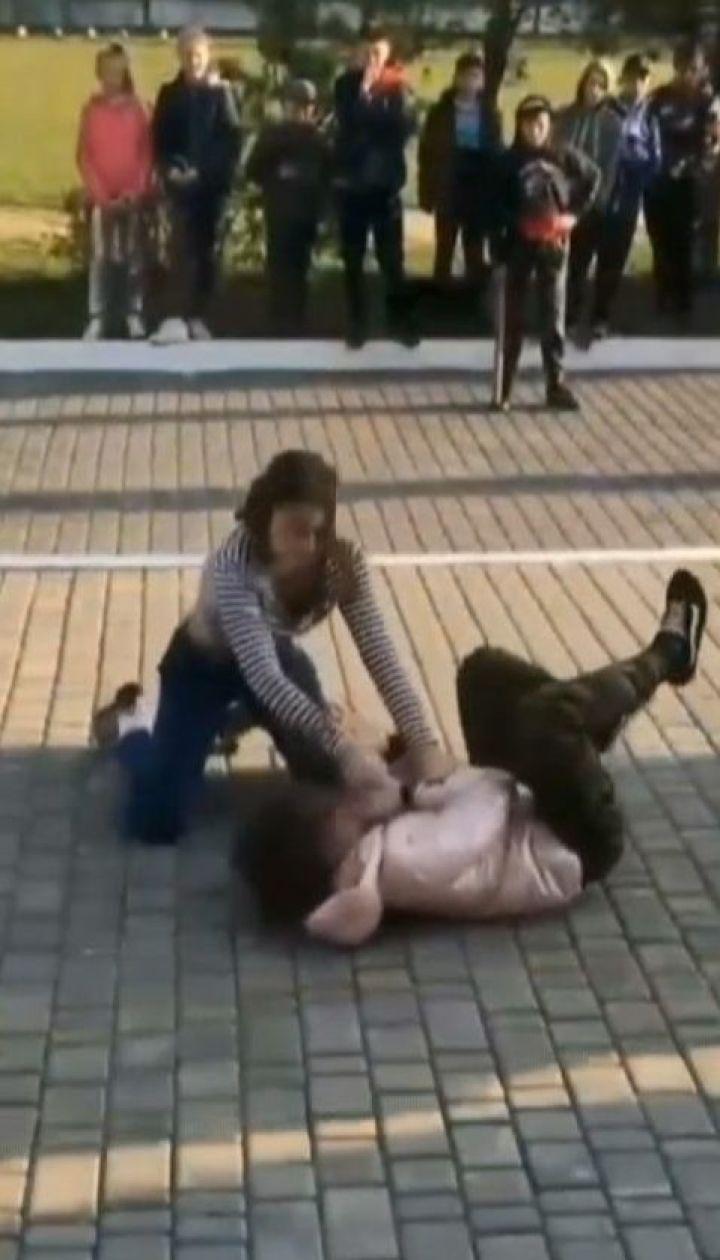 Две школьницы устроили бои без правил на Волыни