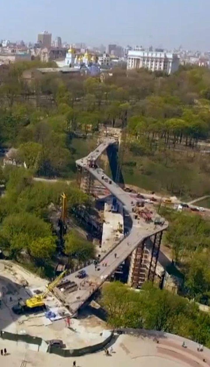 Части нового пешеходного моста объединили и разбили бутылку шампанского