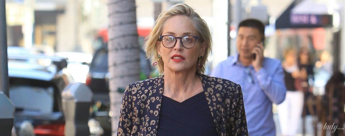 В костюмі та з яскравою сумкою: Шерон Стоун сходила на манікюр у Беверлі-Гілз