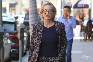 В костюме и с яркой сумкой: Шерон Стоун сходила на маникюр в Беверли-Хиллз