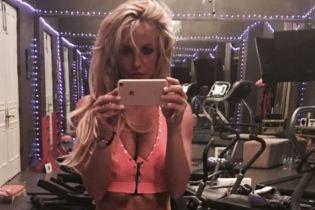 В топе и спортивках: Бритни Спирс после возвращения из психиатрической клиники демонстрирует свою форму в спортзале