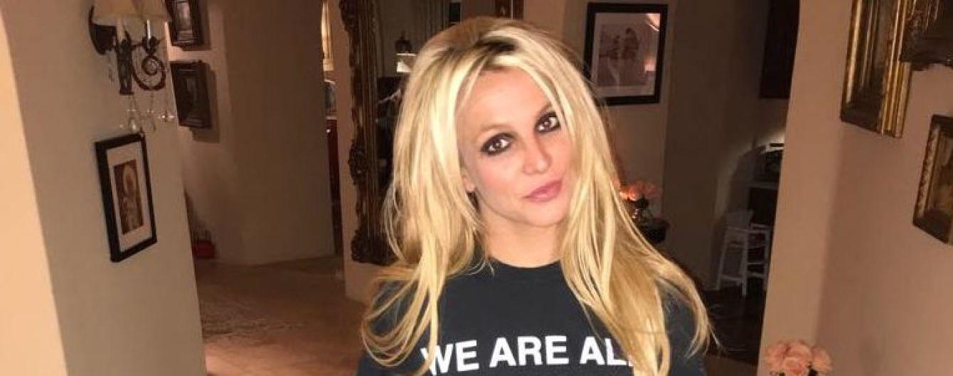 Бритни Спирс подчеркнула пышный бюст коротким топом и взялась за гантели
