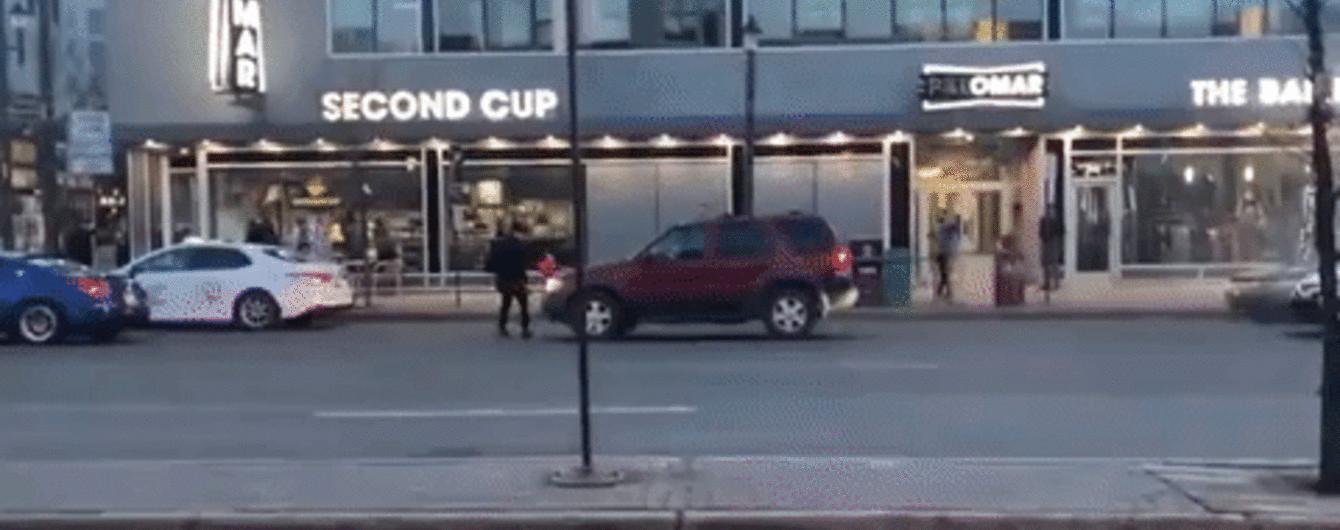 Канадец облил бензином и поджег дюжину машин посреди улицы. Видео