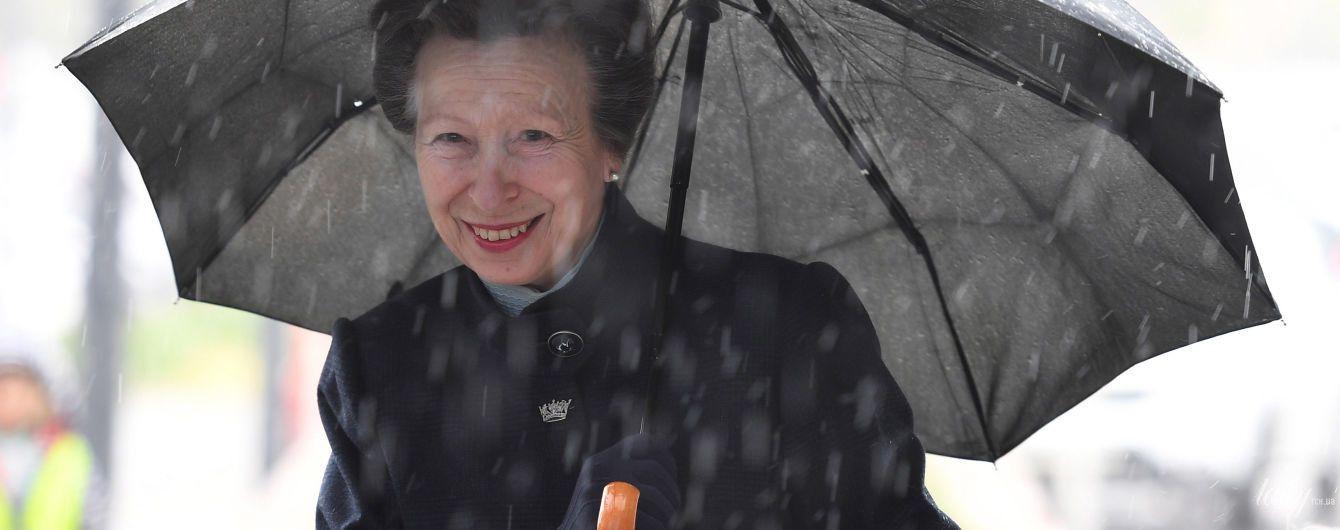 Под дождем, но улыбается: принцесса Анна на новом мероприятии
