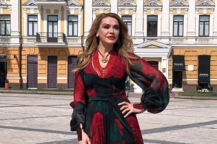 Ольга Сумская в красочном наряде посветила ножкой и поразмыслила о языковом законе